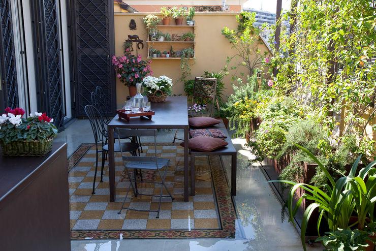 terrazzo Costa Zanibelli associati Balcone, Veranda & Terrazza in stile moderno Metallo Variopinto