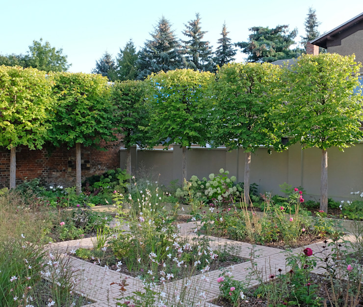 Blick über den Garten guba + sgard Landschaftsarchitekten Moderner Garten