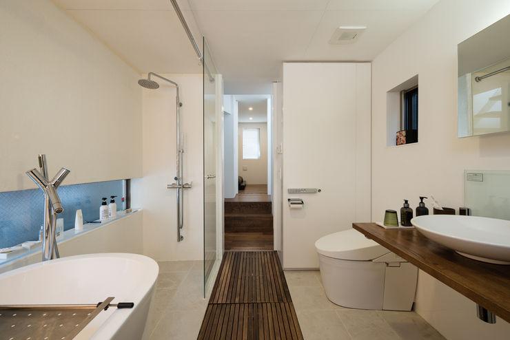 ろじのさき 株式会社 ギルド・デザイン一級建築士事務所 モダンスタイルの お風呂 白色
