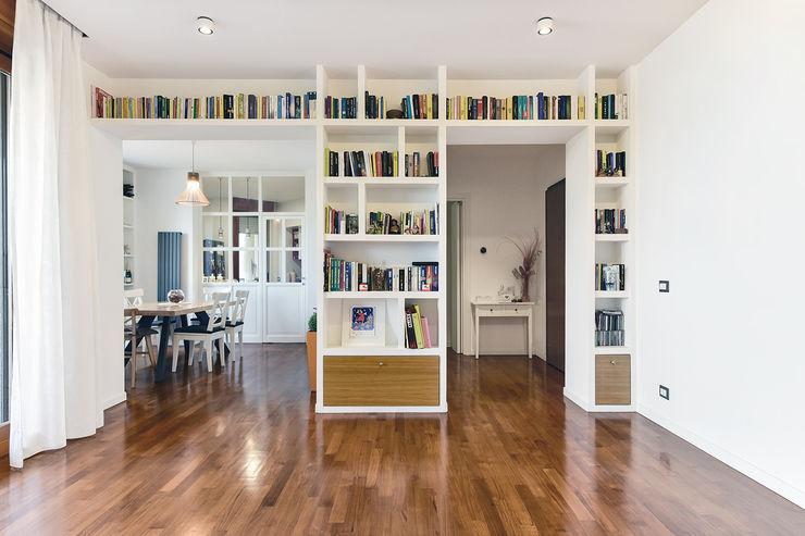 Soggiorno | Libreria a ponte in cartongesso 02A Studio Soggiorno moderno Bianco