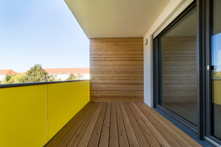 Mehrfamilienhaus Loggia MBR Architekten PartG mbB Moderner Balkon, Veranda & Terrasse Holz Gelb