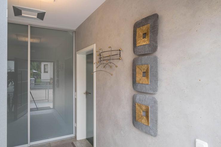 Flur mit Kalkmarmorputz. Weiden Sebastian Kopp Malermanufaktur Moderner Flur, Diele & Treppenhaus Glas Grau