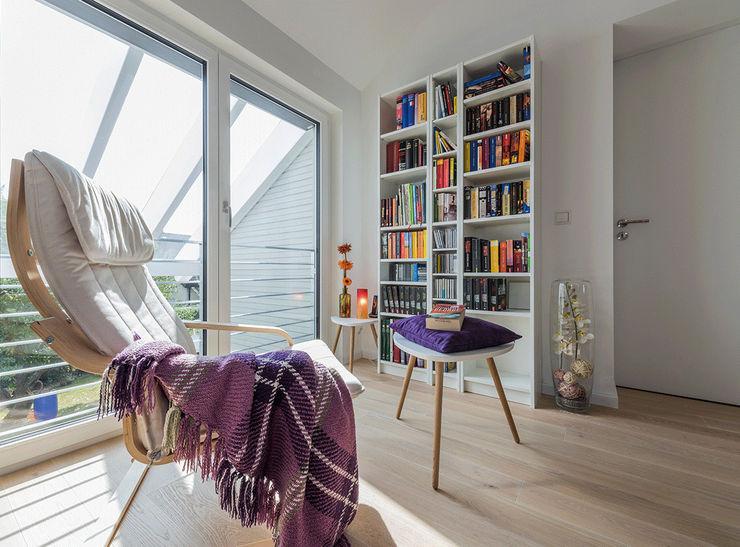 KitzlingerHaus GmbH & Co. KG Modern Corridor, Hallway and Staircase Engineered Wood