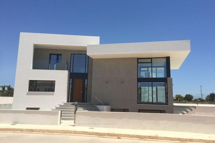 Vivienda moderna con el Acceso por el NorOeste. DYOV STUDIO Arquitectura, Concepto Passivhaus Mediterraneo 653 77 38 06 Villas Caliza Blanco