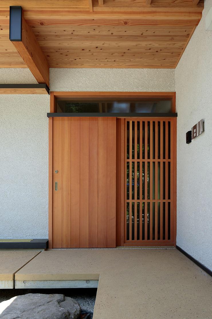 山道勉建築 Scandinavian style doors Wood White