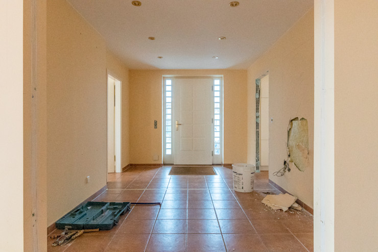 Der Eingangsbereich vor der Umgestaltung Ohlde Interior Design Industrialer Flur, Diele & Treppenhaus Beige