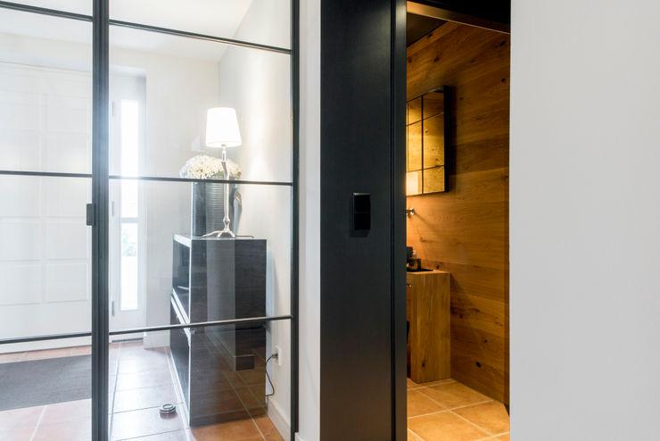 Blick ins neue Gäste WC Ohlde Interior Design Industrialer Flur, Diele & Treppenhaus Beige