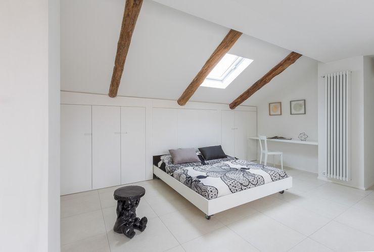 La mansarda Paola Maré Interior Designer Camera da letto moderna Bianco
