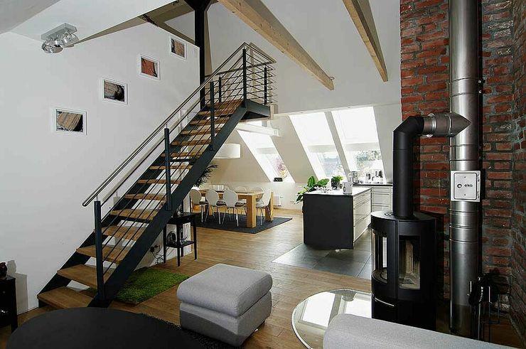 Wohnen mit Treppe zur Empore schüller.innenarchitektur Moderne Wohnzimmer Eisen/Stahl Weiß