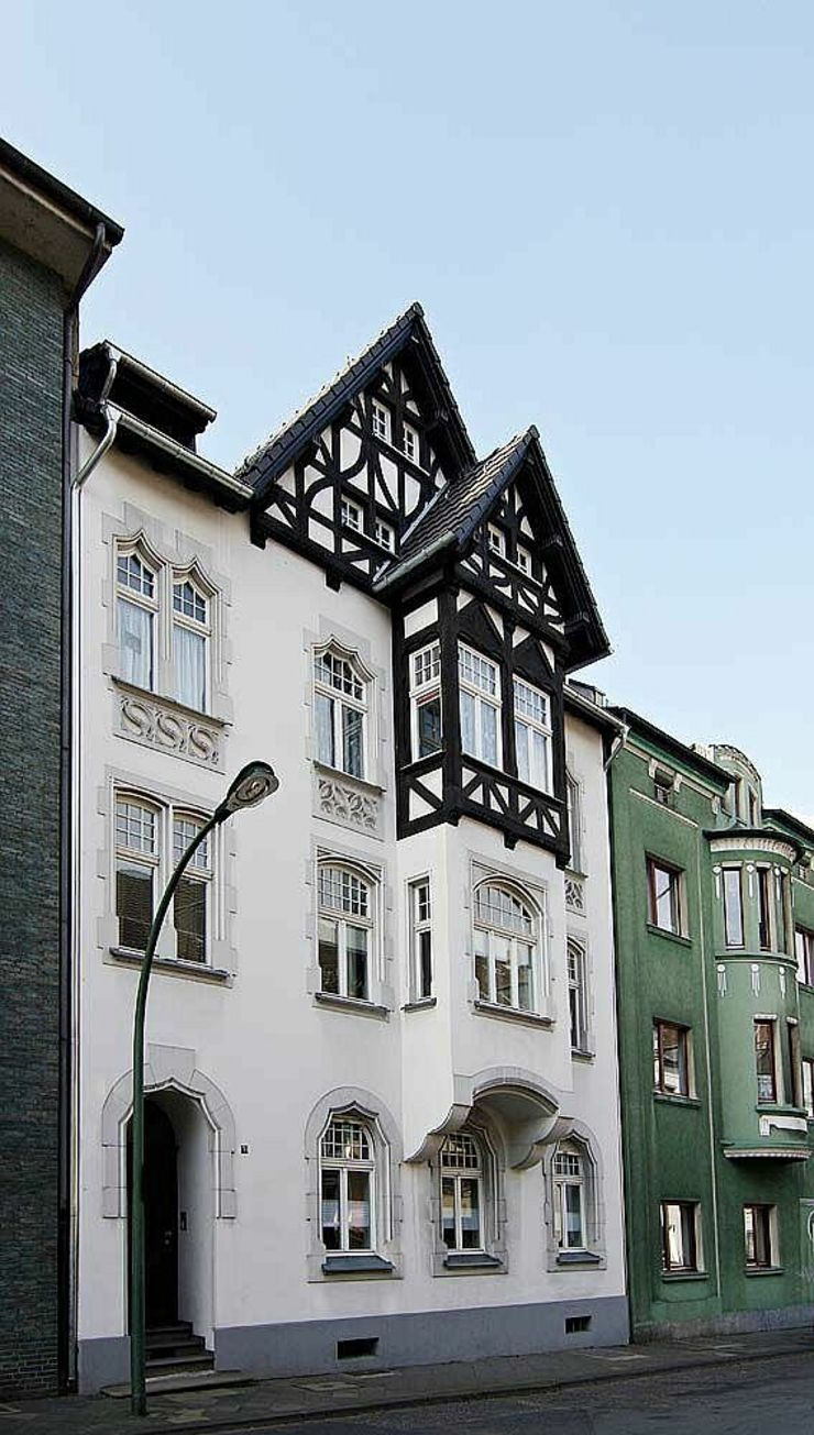 Außenansicht mit umgebautem Dachgeschoss schüller.innenarchitektur Klassische Häuser Ziegel Weiß