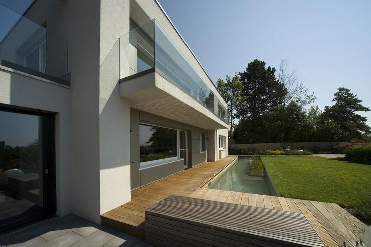 Wohnhaus H Architekturbüro zwo P Moderner Balkon, Veranda & Terrasse