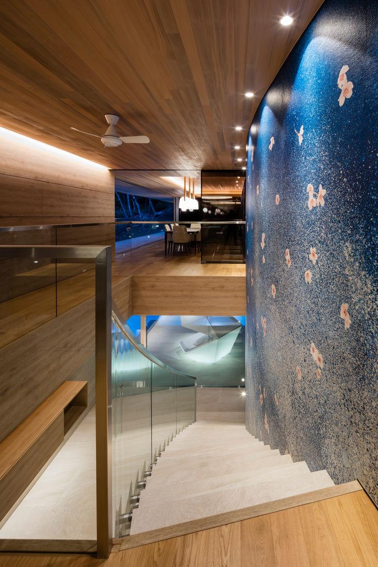 Mアーキテクツ|高級邸宅 豪邸 注文住宅 別荘建築 LUXURY HOUSES | M-architects Modern corridor, hallway & stairs Concrete Wood effect