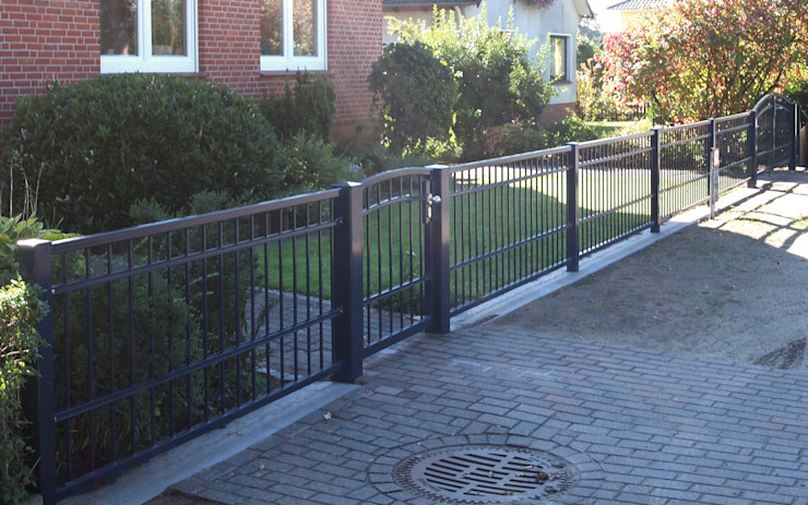homify Classic style garden Iron/Steel Grey