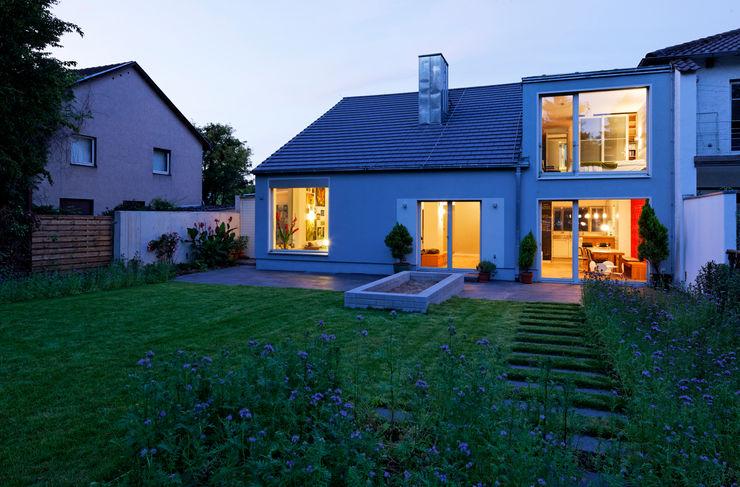 Blick vom Garten zur blauen Stunde Grotegut Architekten Einfamilienhaus Grau