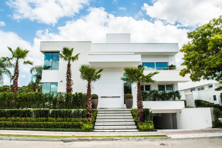 Jurerê Internacional Rosas Arquitetos Associados Casas familiares Branco