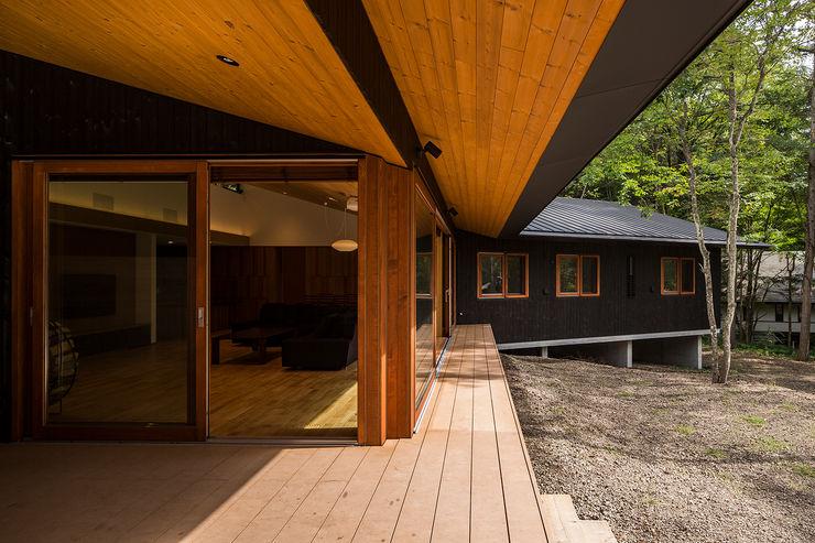 テラスからリビングを見る アトリエ慶野正司 ATELIER KEINO SHOJI ARCHITECTS オリジナルデザインの テラス 木