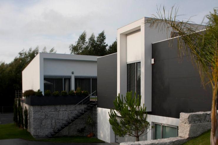 Fachada exterior - Vivenda em Famalicão - SHI Studio Interior Design ShiStudio Interior Design CasaPlantas e acessórios