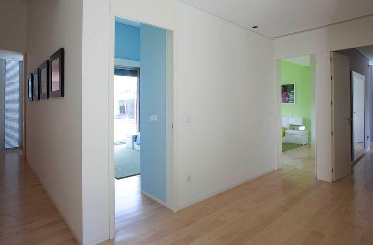 Hall dos quartos - Vivenda em Famalicão - SHI Studio Interior Design ShiStudio Interior Design Quarto de criançasAcessórios e Decoração
