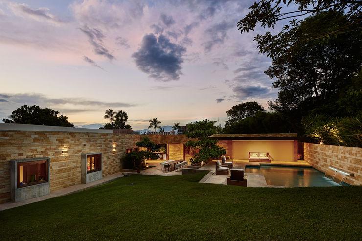 CASA ALCAPANI - Sector exterior piscina - FR ARQUITECTURA S.A.S. Balcones y terrazas de estilo clásico