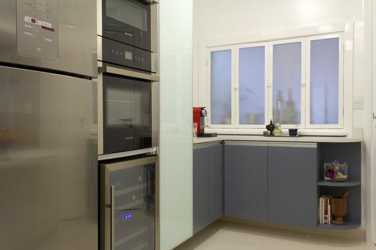 Cozinha em tons de cinza Semíramis Alice Arquitetura & Design Armários e bancadas de cozinha Cinza