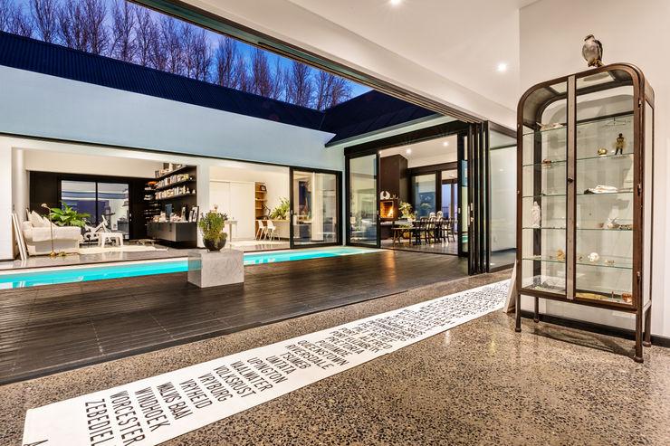 House Viljoen, corridor and courtyard Hugo Hamity Architects Modern Corridor, Hallway and Staircase Concrete White