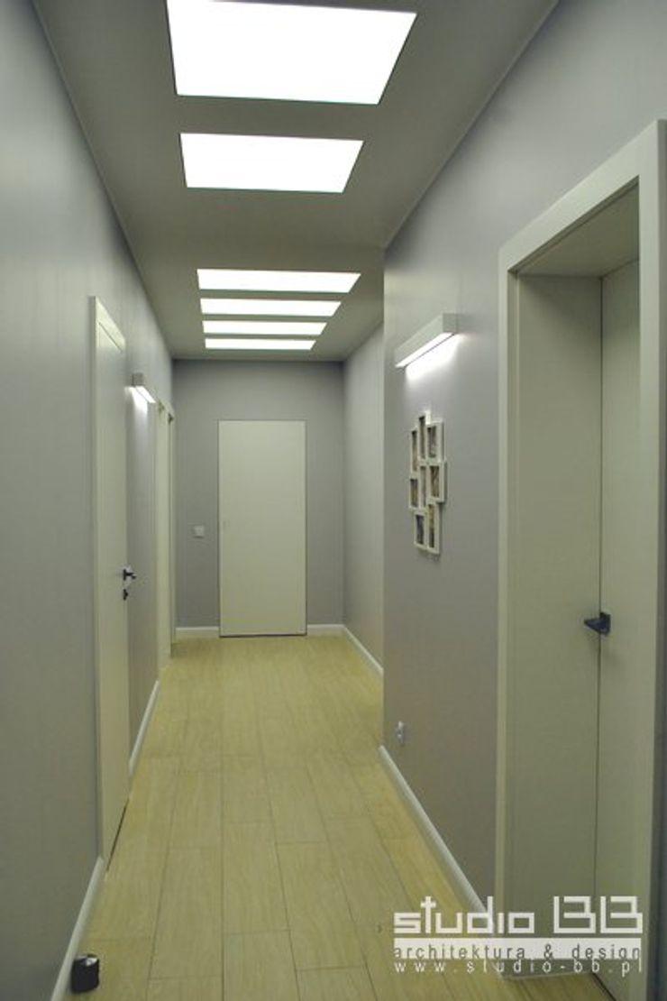 STUDIO BB ARCHITEKCI TOMASZ BRADECKI Pasillos, vestíbulos y escaleras modernos