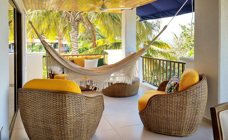 Remodelar Proyectos Integrales Balcone, Veranda & Terrazza in stile tropicale Legno composito Giallo