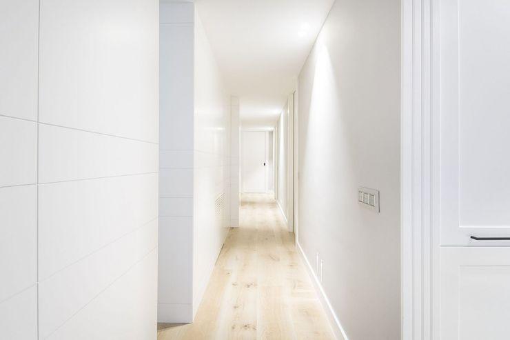 Iluminación vivienda en Tarragona Luxiform Iluminación Pasillos, vestíbulos y escaleras de estilo moderno