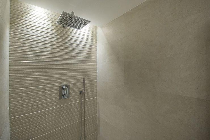 Iluminación vivienda en Tarragona Luxiform Iluminación Baños de estilo moderno
