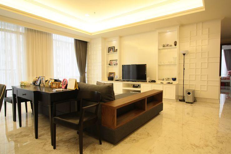 Ruang Keluarga Exxo interior Living roomTV stands & cabinets Kayu White
