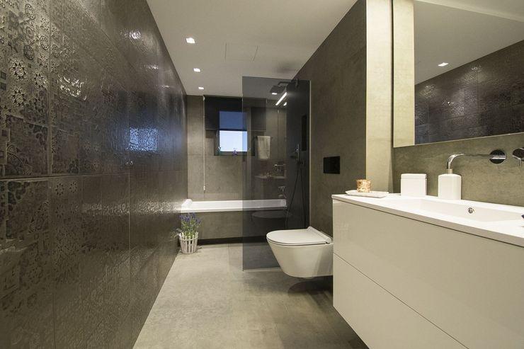 Interior Casa Particular Luxiform Iluminación Baños de estilo moderno