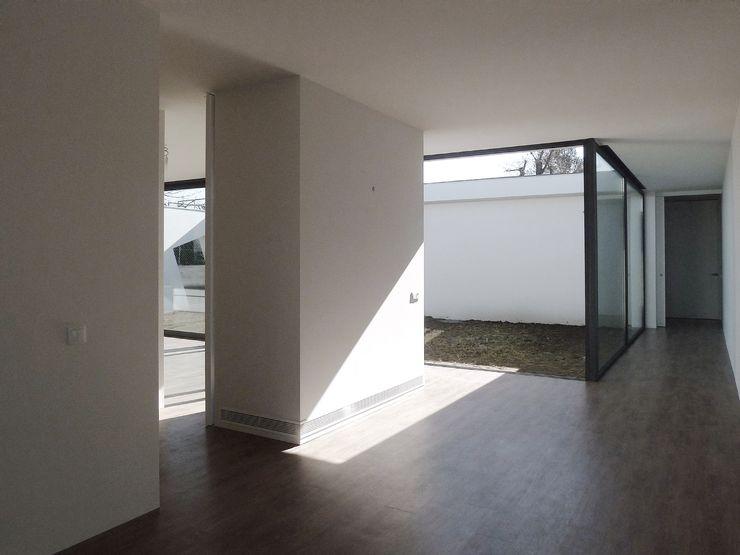 Atelier Vyasa Pasillos, halls y escaleras minimalistas Blanco