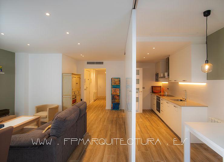 Apartamento en el centro Histórico de Sitges Barcelona. www.architectsitges.com FPM Arquitectura Cocinas de estilo mediterráneo