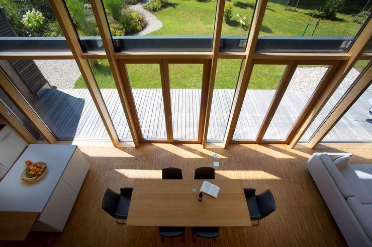 Nachhaltig, effizient und barrierefrei: Holzhaus mit Glasfassade für lichtdurchflutetes Wohnen Kneer GmbH, Fenster und Türen Moderne Wohnzimmer