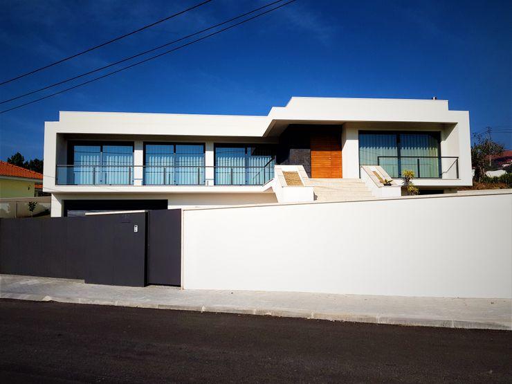 Jesus Correia Arquitecto 現代房屋設計點子、靈感 & 圖片 玻璃 White