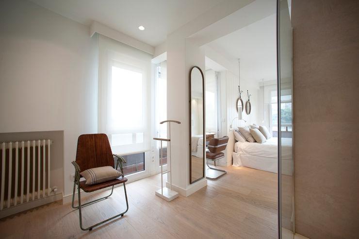 Reforma de piso con vistas Sube Interiorismo Dormitorios de estilo clásico Blanco