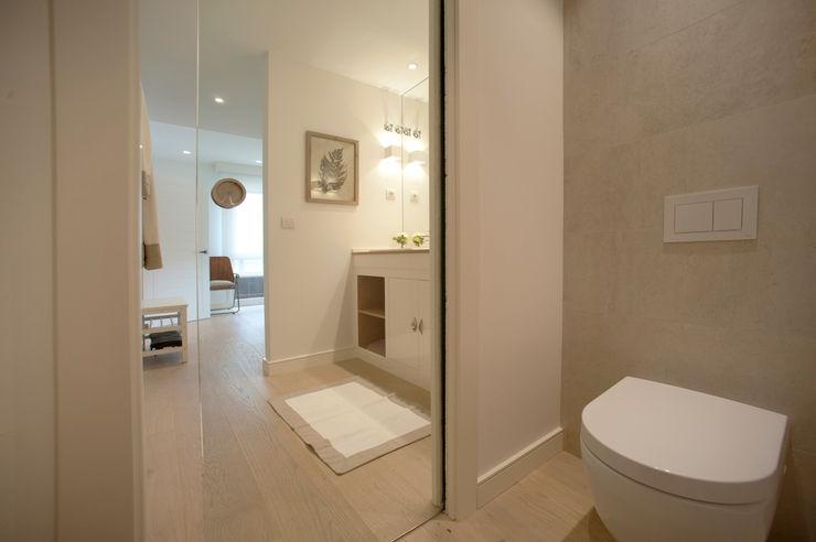 Reforma de piso con vistas Sube Interiorismo Baños de estilo clásico Beige