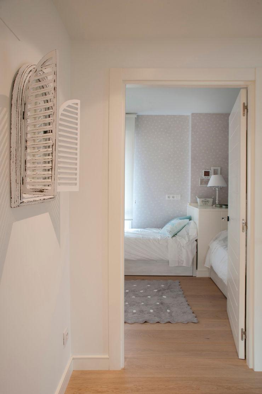 Reforma de piso con vistas Sube Interiorismo Dormitorios infantiles de estilo clásico Beige