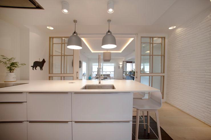 Reforma de piso con vistas Sube Interiorismo Cocinas integrales Blanco