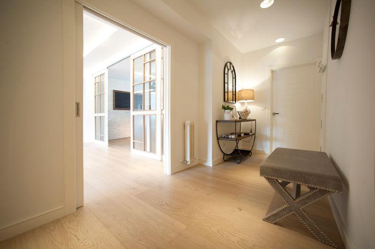 Reforma de piso con vistas Sube Interiorismo Pasillos, vestíbulos y escaleras de estilo clásico Beige