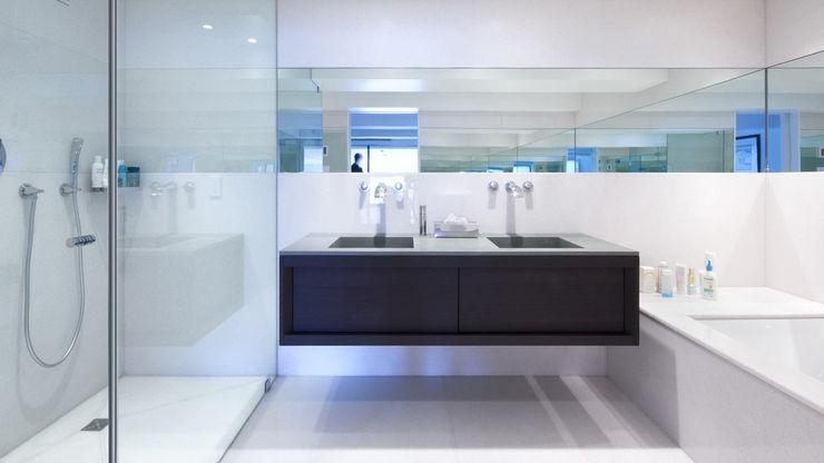 Nolita Apartment   Bathroom GD Arredamenti Bagno moderno Legno massello Marrone