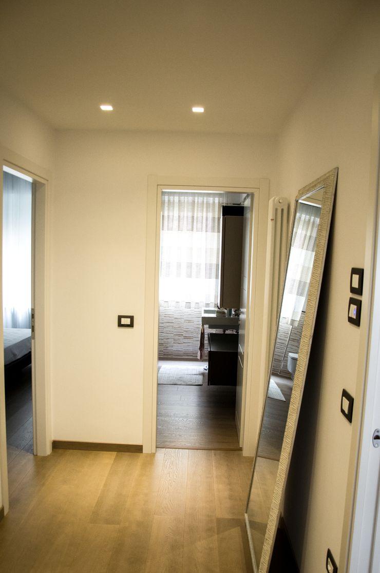 Calore e Design Studio ARCH+D Ingresso, Corridoio & Scale in stile moderno