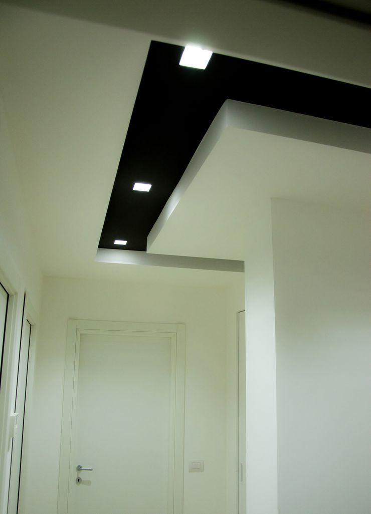 Linea Direttrice Studio ARCH+D Ingresso, Corridoio & Scale in stile minimalista