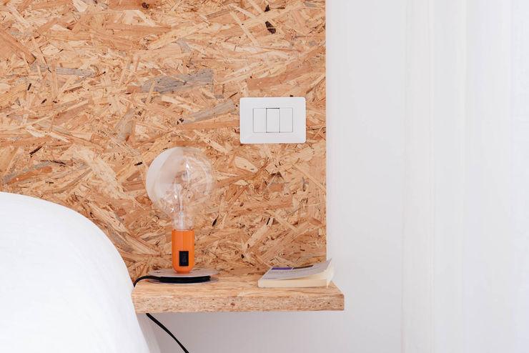 Bed side manuarino architettura design comunicazione Camera da letto minimalista OSB Bianco