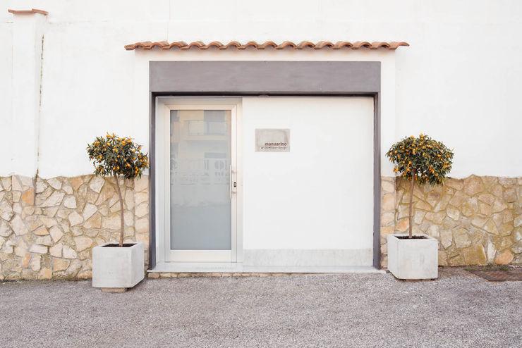 Entrata manuarino architettura design comunicazione Ingresso, Corridoio & Scale in stile minimalista Vetro Bianco
