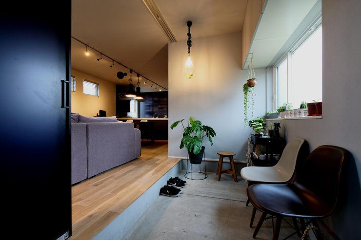 タイコーアーキテクト industrial style corridor, hallway & stairs