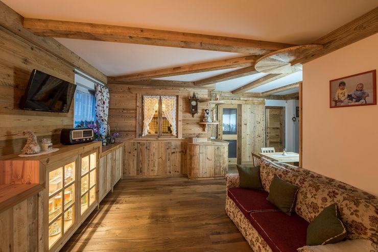 L' arredamento della casa in montagna RI-NOVO Soggiorno in stile rustico Legno Marrone