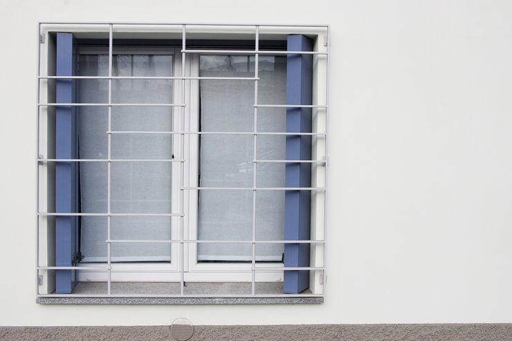 Casa con corte atelier architettura Finestre & Porte in stile moderno