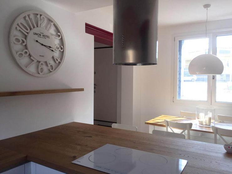 Casa con corte atelier architettura Cucina moderna