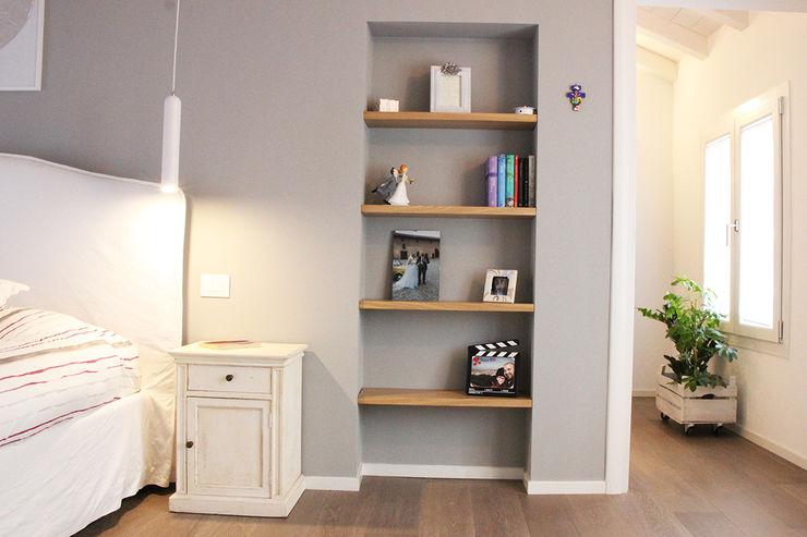 Casa con corte atelier architettura Camera da letto moderna
